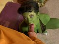 Captain Dirk dérouille Jayden Jaymes l'esclave sexuel à la peau verte