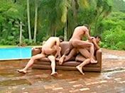 Quequette partie au bord d'une piscine