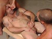 sexe Trio gay bien salace dans un vestiaire