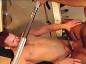 Due neri scopano un grande omosessuale di bodybuilder.