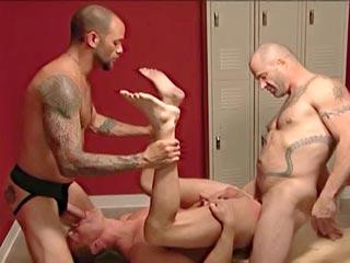Trio gay bien salace dans un vestiaire