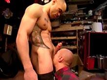Gay barbu enculé à la dure par un tatoué