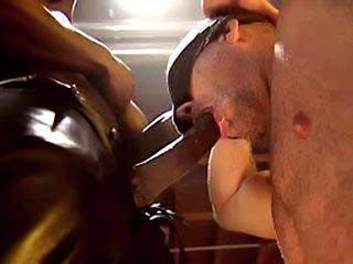 Beau gosse brun se fait enculer par un black ttbm ! Vidéo x  gay interracial