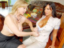 Lisa Ann et Julia Ann s'astiquent l'abricot