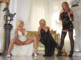 Trois blondes se tronchent une soubrette