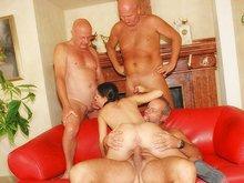 Orsay la nympho partouze avec trois papis