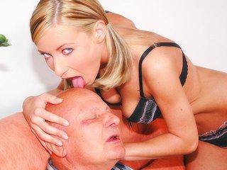 Papi George dérouille une blondinette