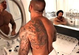Bodybuider tatoué adore se faire enfiler