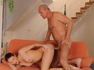 Bailee la midinette se fait enfiler par un vieux pervers