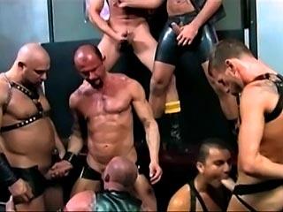 Trois beaux mecs musclés dans une vidéo gay  fistfucking
