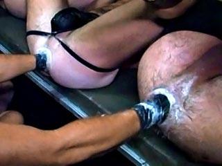Ca commence très fort ! Trois types allongés sur le dos les jambes attachées en l'air, se font déconfire le cul par deux fisteurs gantés. De ces trois grosses putes, c'est le lascar le plus à gauche qui est le plus profond. D'ailleurs son mec ne s'y est pas trompé puisqu'il a sorti les gants de spéléo profonde, ceux qui montent jusqu'aux coudes! Laissez-moi vous dire qu'il lui besogne le cul bien comme il faut ! Après quelques minutes de travail, alors qu'ils ne sont plus que deux à se faire ouvrir le fion, celui aux rangers s'apprête à se faire retourner la plomberie par les deux poings d'un beau blond. Quelques allé retour plus tard, la voilà qui se pisse dessus rugissant de plaisir, le trou de balle béant, à moitié ressorti. Puis, c'est au tour d'un grand type musclé de se faire visiter le cul par le poing d'un bon copain, avant de se faire arroser de pisse par un des mâles qui traînent !