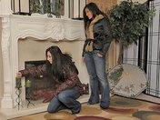 Deux bonasses réchauffent leur cramouille au coin du feu