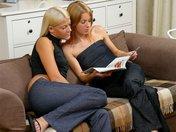Dana et Laima se détendent les sphincters sur leur canapé