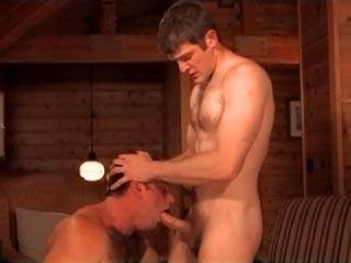 Salope gay à grosse bite dans une partouze salace