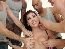 London Keyes se fait d�brider la rondelle par 5 teubs