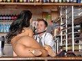 Barman pompé par une Asiate accro au chocolat