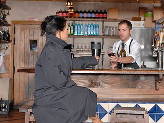 Barman pomp� par une Asiate accro au chocolat