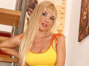 Jane la blondasse fait sa chaudasse dans l'escalier