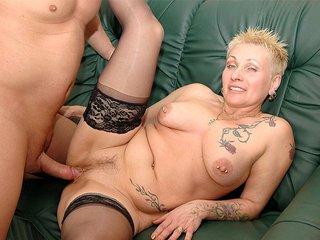 Nikita la mamie tatoué se fait récurer la cramouille 1