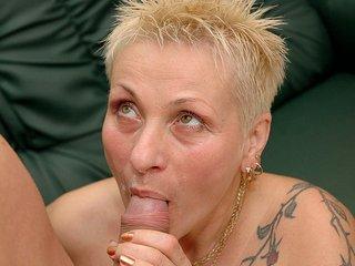 Nikita la mamie tatoué se fait récurer la cramouille