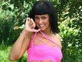 Rhianna déballe sa crème solaire sourire aux lèvres