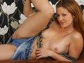clip Barbara en jupette en jean, strip sur son canapé