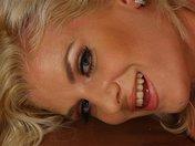 Grande blonde en plein strip