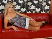Raphaela la miss clin d'oeil fait un strip sexy