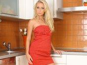 Samantha strip dans sa cuisine