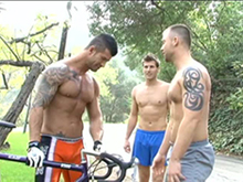Fesses partie entre deux joggeurs et un cycliste
