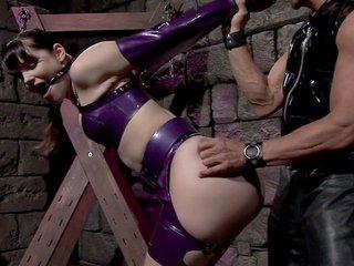 Bobbi Starr si fa crucifiggere come una troia