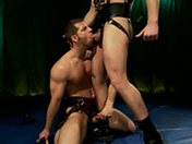 sexe Deux lutteurs en cuir se font plaisir