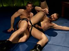 Deux lutteurs en cuir se font plaisir