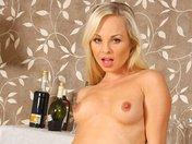 sexe Stella la belle blonde à la langue bien pendue