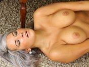 Abigail la femme d'affaires fait un strip sexy