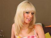 Bella la belle blonde qui nous dévoile ses formes