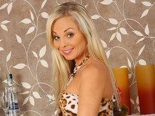Stella la belle blonde à la langue bien pendue