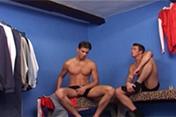 Deux gays se tapent une meuf