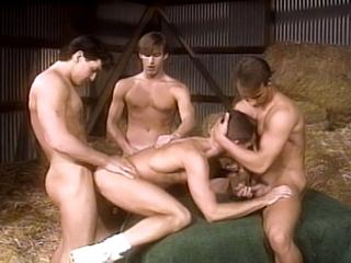 Trio gay dans la paille