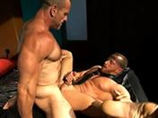 Esclavo gay enculado por un oso musculoso