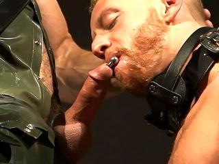 Il se fait livrer une bonne lope à baiser sans modération