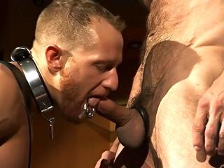 Esclave gay enculé par un bear musclé
