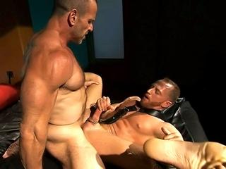 photo de piercing présente dans la vidéo gay