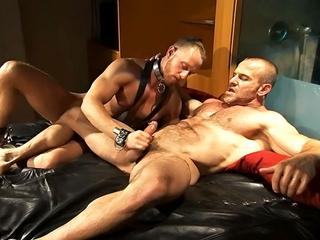 Esclave gay encul� par un bear muscl�