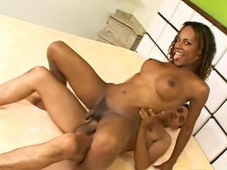 Trans black se fait décompresser le cul