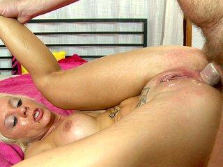 Louana enculée à la 1er personne devant sa webcam