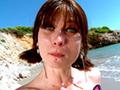 Sur une plage ensoleillée, Mandy Layne se fait défoncer