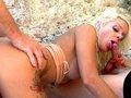 Triolisme d'une chaudasse blonde sur une plage espagnole