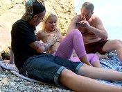 Trio di una troia bionda su una spiaggia spagnola