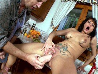 Baise dégoulinante dans la cuisine